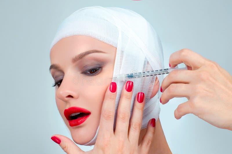 Härlig kvinna efter plastikkirurgi med den förband framsidan Skönhet-, mode- och plastikkirurgibegrepp arkivfoto