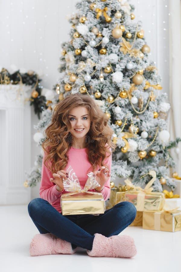 härlig kvinna för avstånd för julkopieringsgåva fotografering för bildbyråer