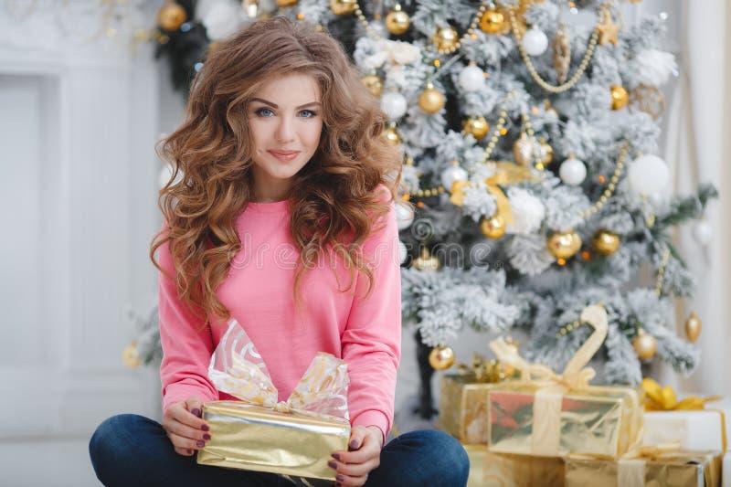 härlig kvinna för avstånd för julkopieringsgåva royaltyfria bilder