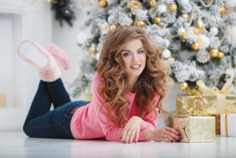 härlig kvinna för avstånd för julkopieringsgåva royaltyfri bild