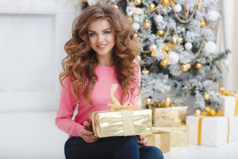 härlig kvinna för avstånd för julkopieringsgåva arkivfoton