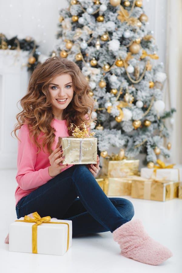 härlig kvinna för avstånd för julkopieringsgåva royaltyfri foto