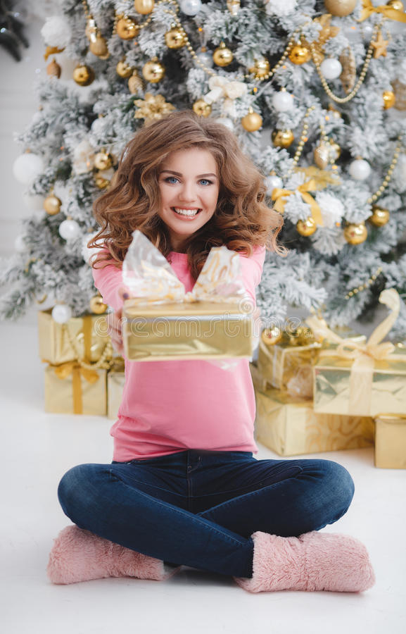härlig kvinna för avstånd för julkopieringsgåva arkivbilder