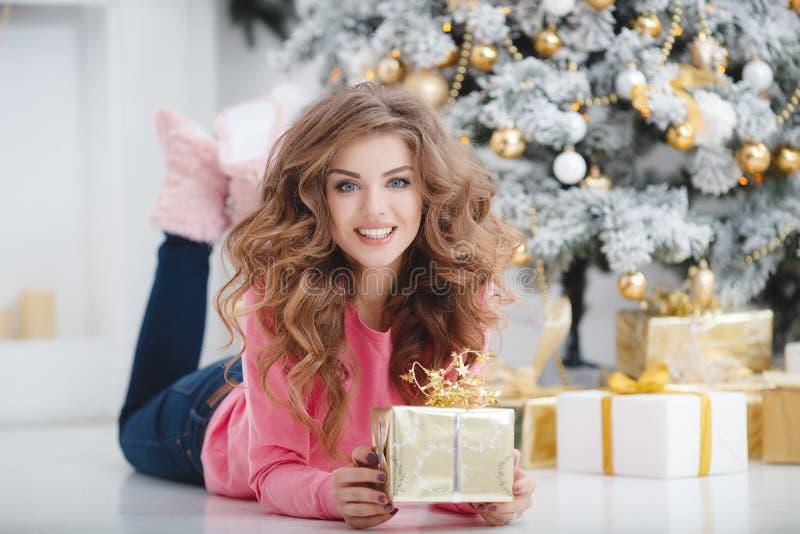 härlig kvinna för avstånd för julkopieringsgåva royaltyfri fotografi