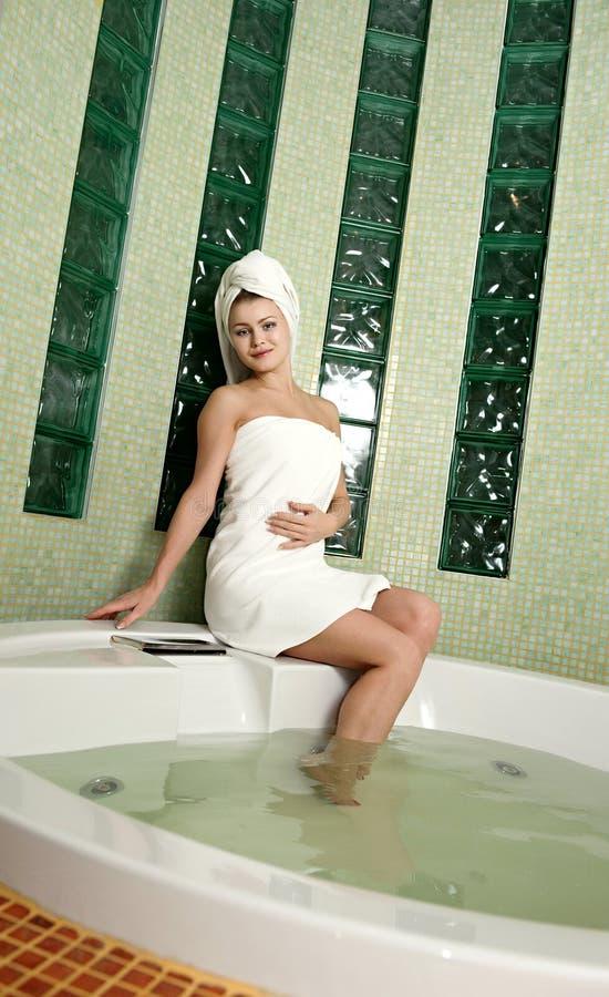 härlig kvinna för badrum royaltyfri foto