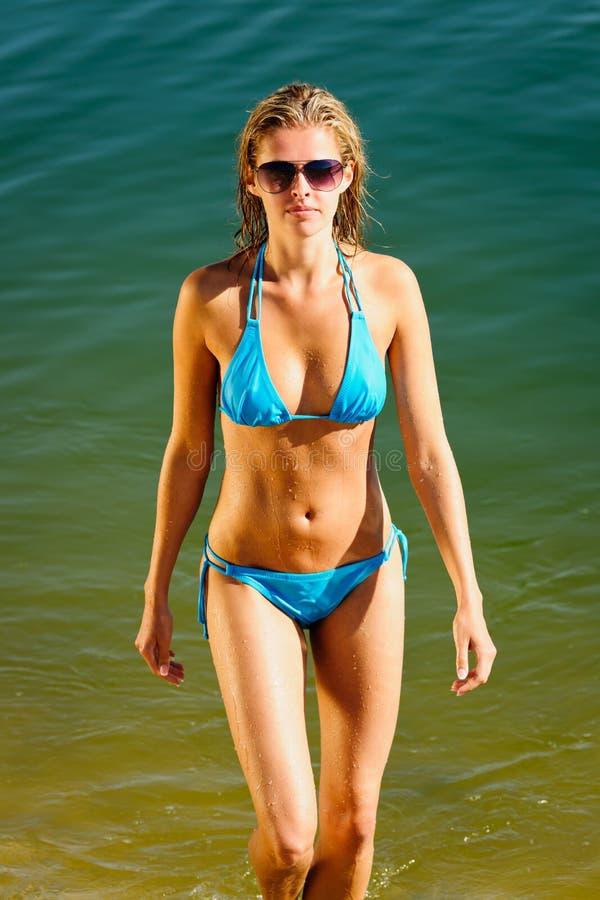härlig kvinna för bikinisommarvatten royaltyfria bilder
