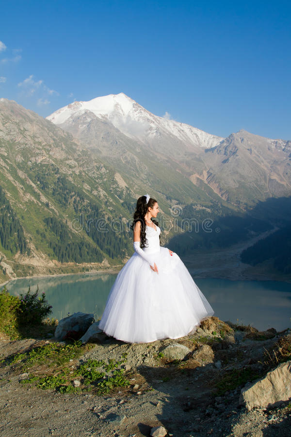härlig kvinna för brudklänningbröllop arkivfoto