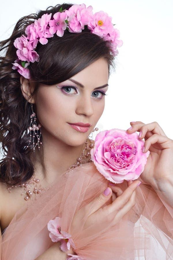 Härlig kvinna för brunett med blommor royaltyfri bild