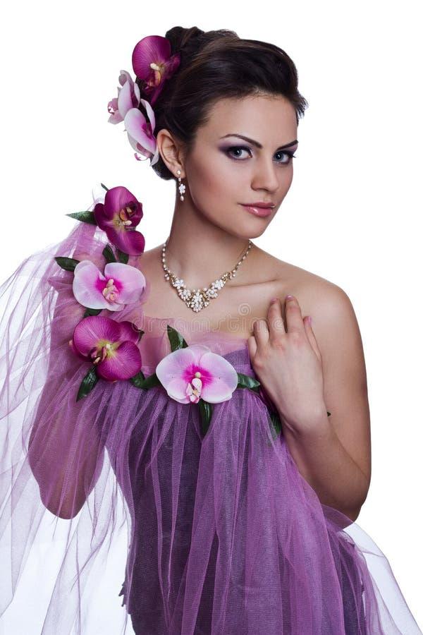 Härlig kvinna för brunett med blommor arkivbild
