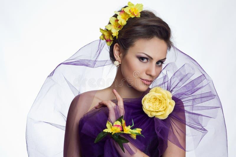 Härlig kvinna för brunett med blommor royaltyfri fotografi
