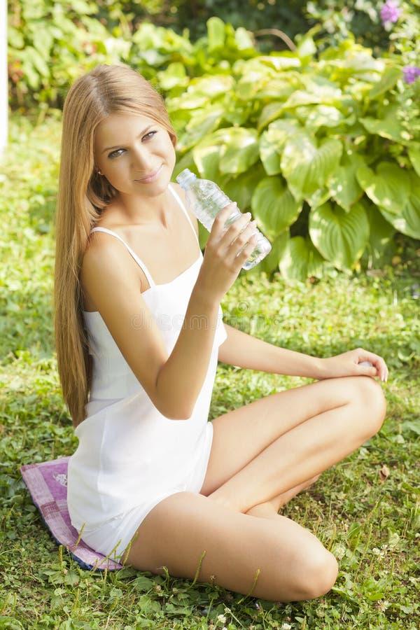 härlig kvinna för dringnaturvatten royaltyfri fotografi