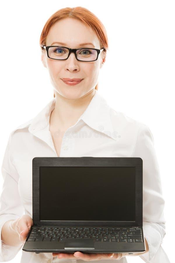 härlig kvinna för hårbärbar datorred royaltyfri bild