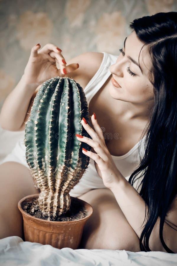 härlig kvinna för kaktuscloseupstående arkivbild