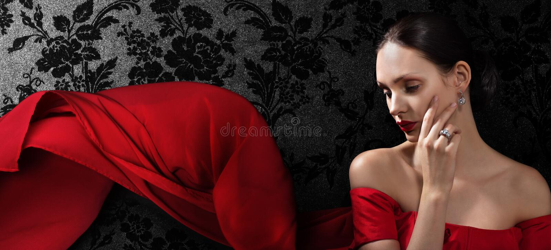 härlig kvinna för klänningaftonred royaltyfria foton