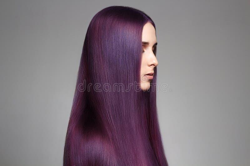 Härlig kvinna för långt purpurfärgat färgläggninghår arkivfoto