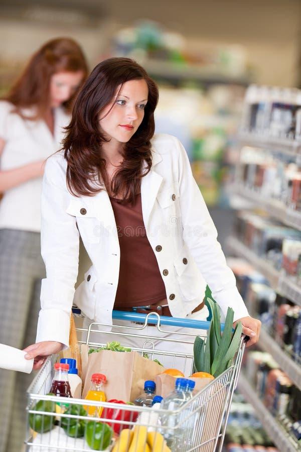 härlig kvinna för lager för brunettlivsmedelsbutikshopping fotografering för bildbyråer
