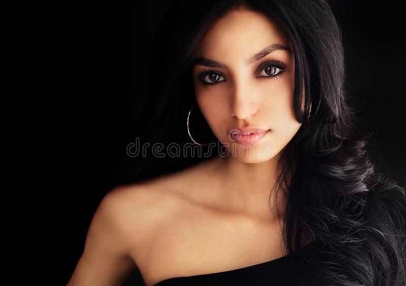 härlig kvinna för mörkt hår royaltyfri fotografi