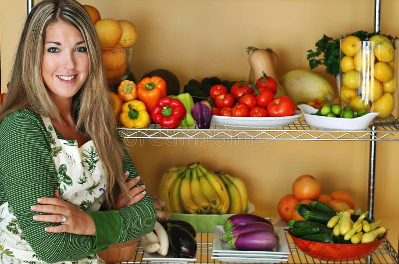 härlig kvinna för ny produce arkivbild