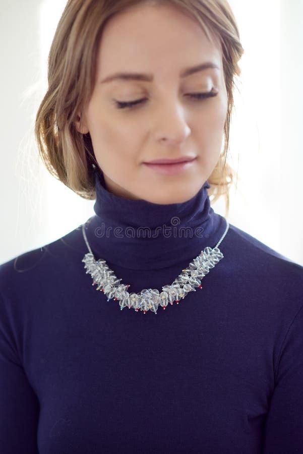 härlig kvinna för text för smyckenståendeavstånd fotografering för bildbyråer