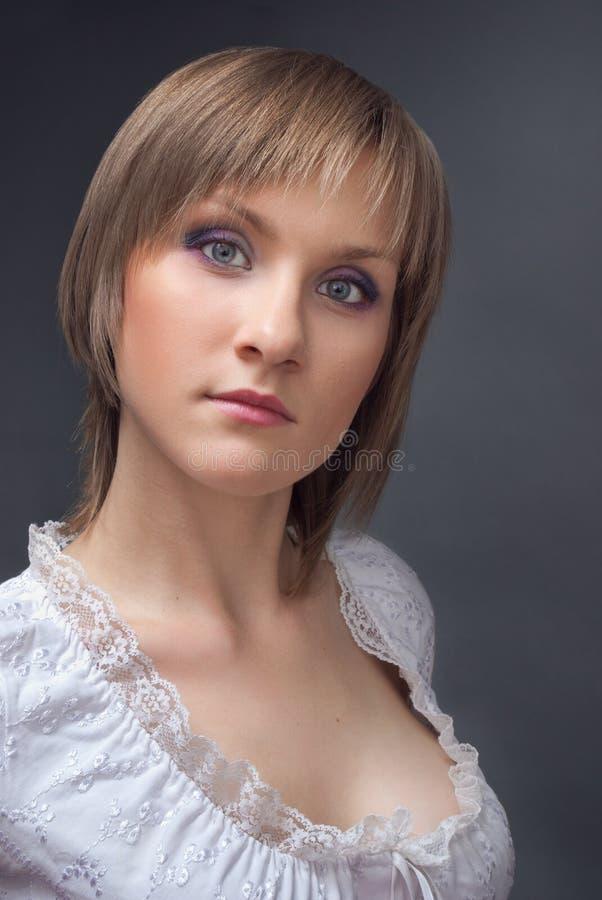 härlig kvinna för white för blusståendestudio royaltyfria bilder