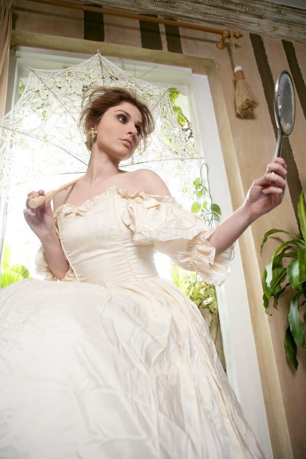 härlig kvinna för white för klänningutgångspunktvictorian arkivfoton
