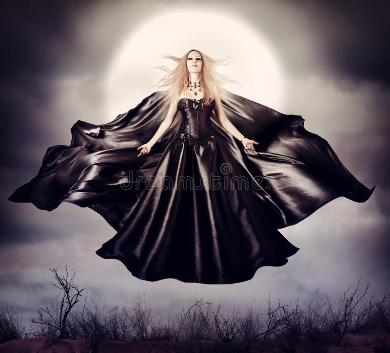 Härlig kvinna - flyga den halloween häxan arkivfoto