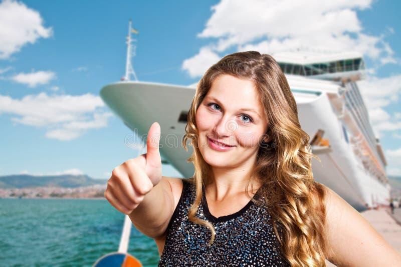 Härlig kvinna framme av kryssningskeppet royaltyfri bild