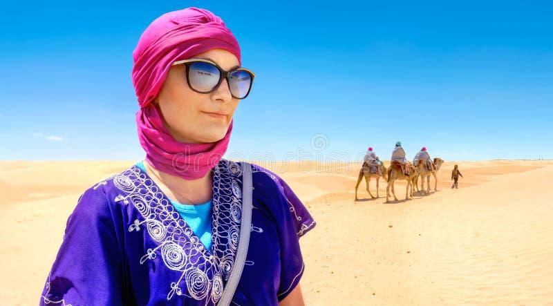 Härlig kvinna i arabiska traditionella kläder mot Sahara de royaltyfri fotografi