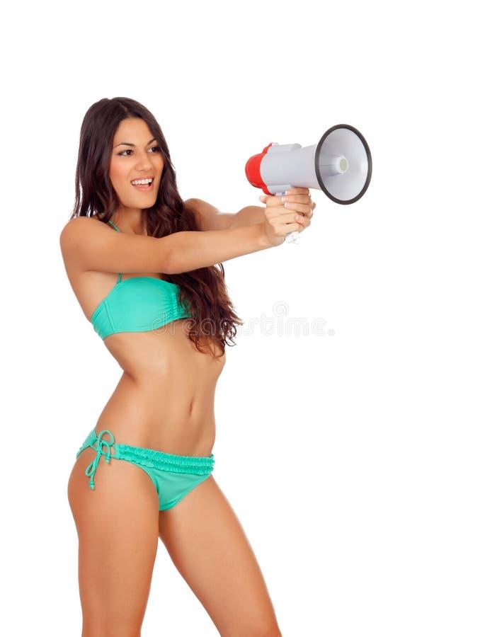 Härlig kvinna i bikini med megafonen arkivfoto