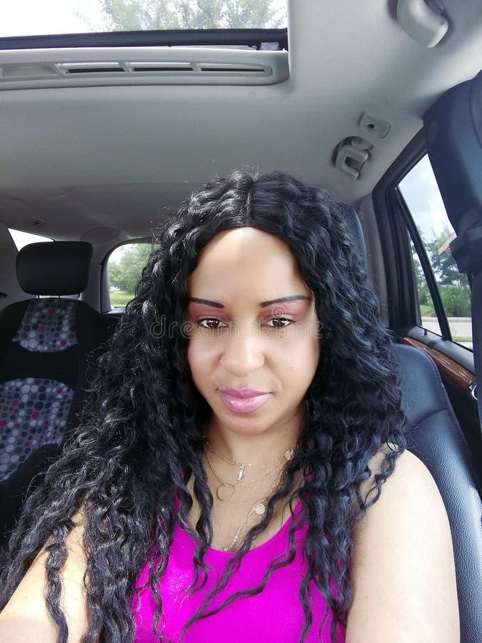 Härlig kvinna i bil med bilsätet royaltyfria bilder