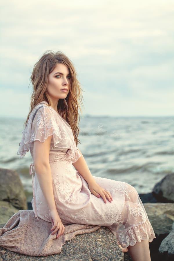 Härlig kvinna i den spets- klänningen, romantisk stående royaltyfri foto
