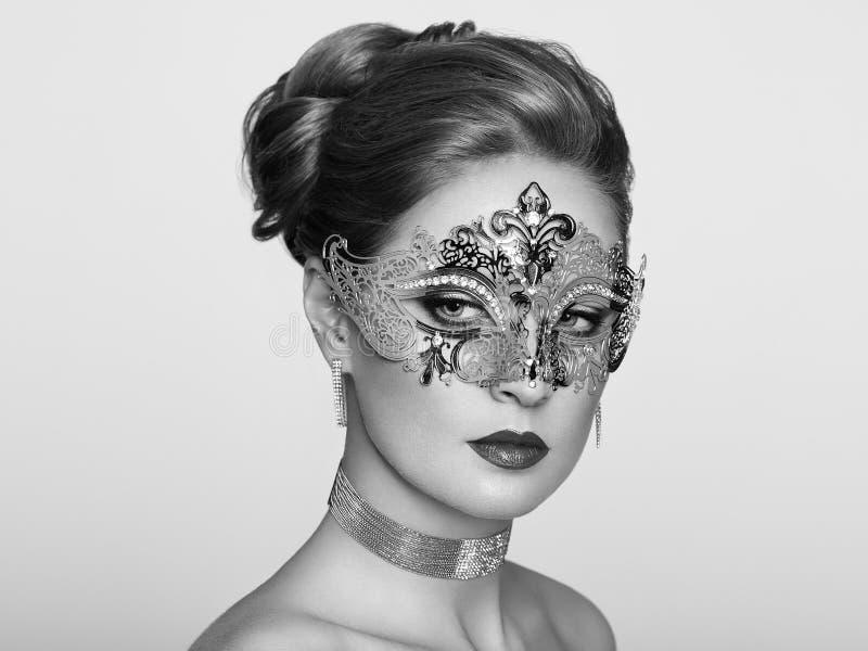 Härlig kvinna i den venetian maskeradmaskeringen arkivfoton