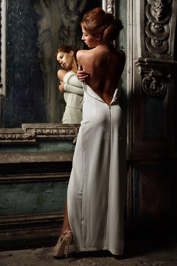 Härlig kvinna i den vita klänningen med naken baksida. royaltyfria bilder
