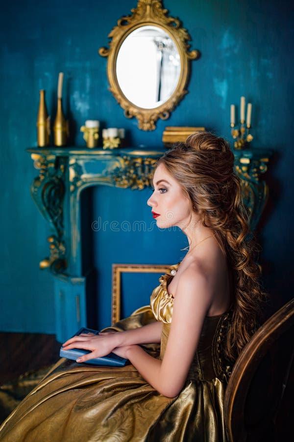 Härlig kvinna i en bollkappa royaltyfria bilder