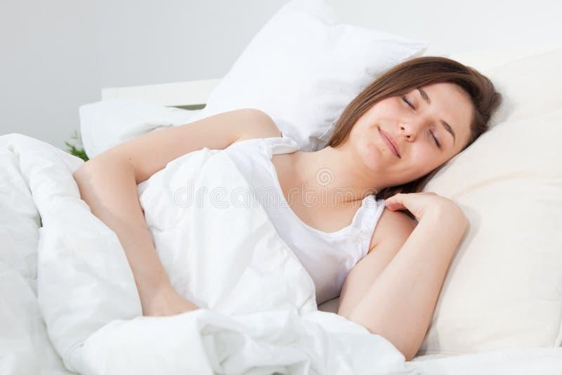 Härlig kvinna i en fridsam sömn royaltyfri bild