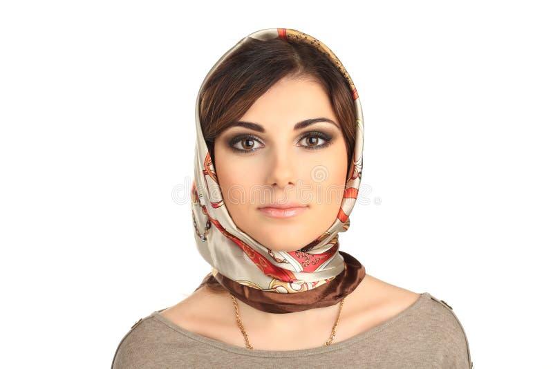 Härlig kvinna i en halsduk på hennes isolerade huvud arkivfoton