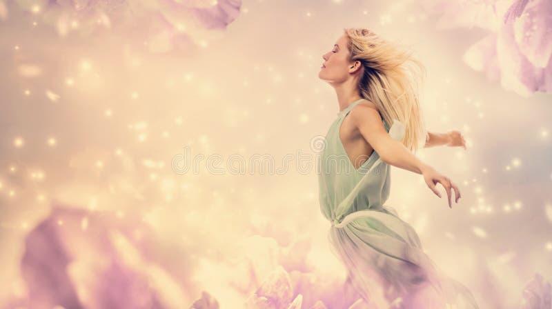 Härlig kvinna i en rosa pionblommafantasi royaltyfri fotografi