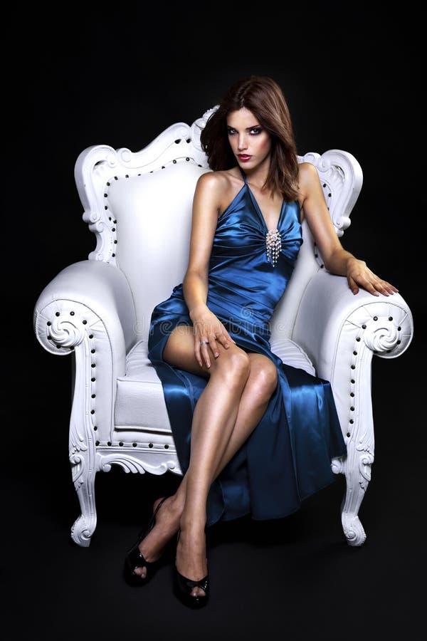 Härlig kvinna i en stol arkivbilder