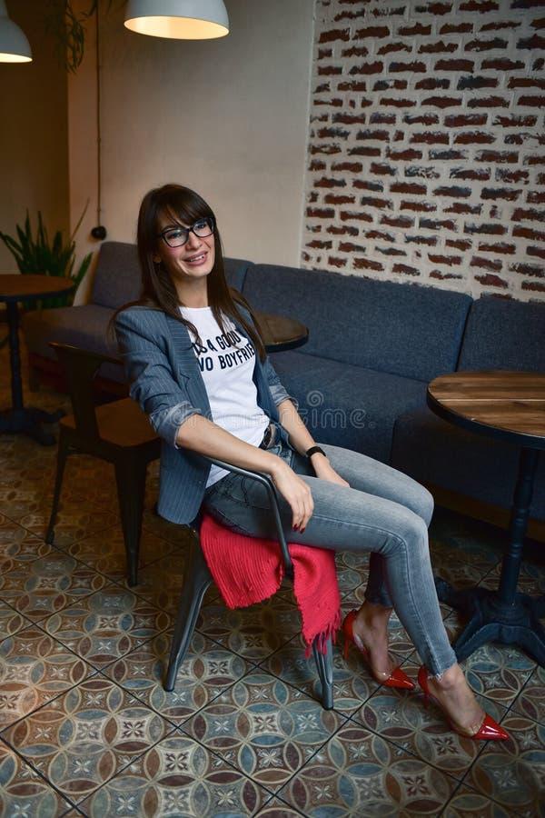 Härlig kvinna i ett kafé arkivfoto