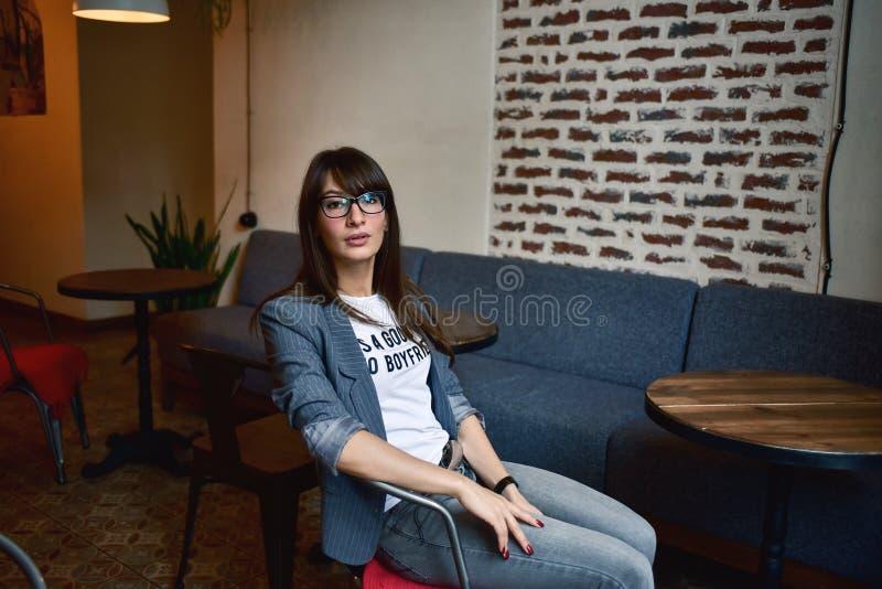 Härlig kvinna i ett kafé royaltyfri fotografi