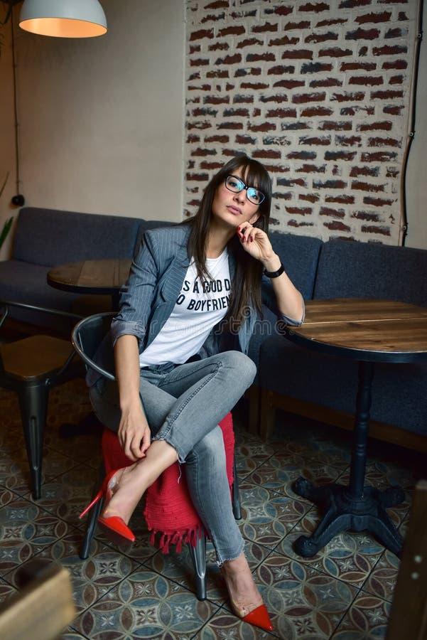 Härlig kvinna i ett kafé royaltyfria foton
