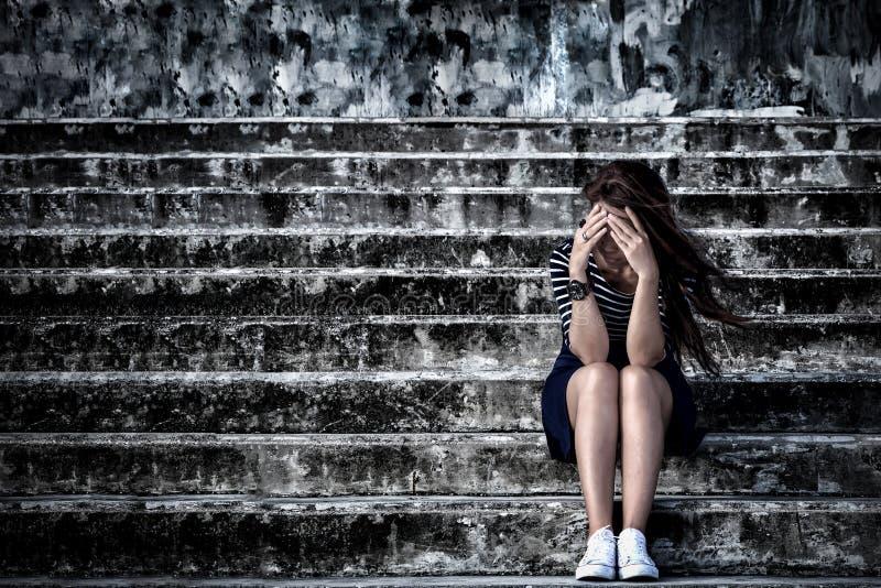 Härlig kvinna i frustrerat fördjupningssammanträde på trappan, arkivbilder