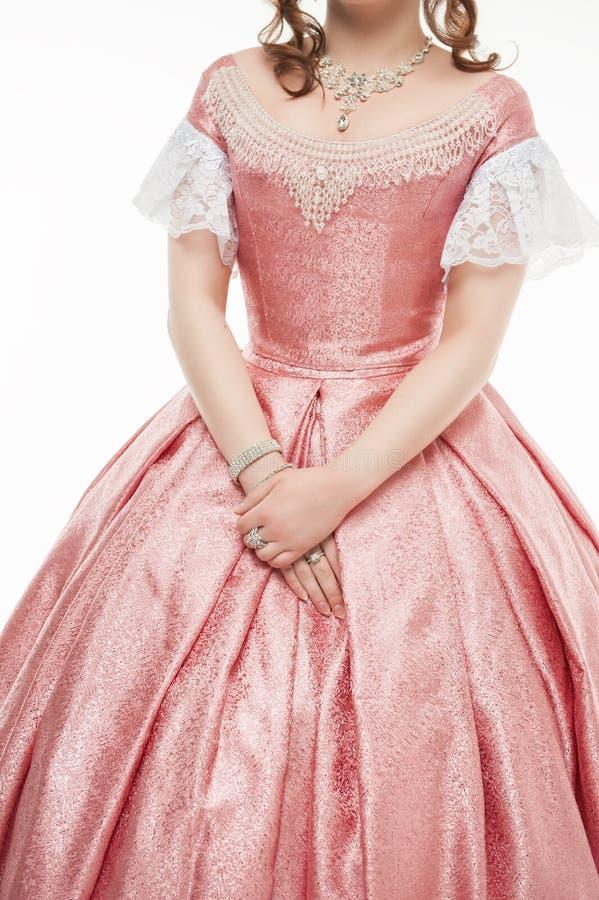 Härlig kvinna i gammal historisk medeltida klänning på vit royaltyfri foto