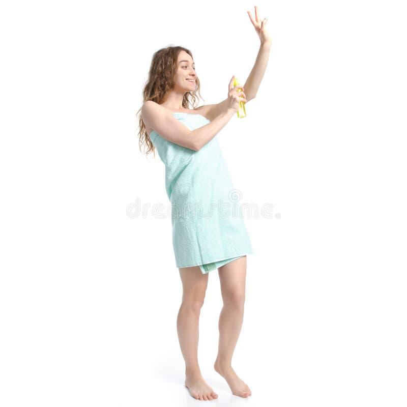 Härlig kvinna i grön handduksprejlotion i omsorg för handskönhetkropp royaltyfria bilder