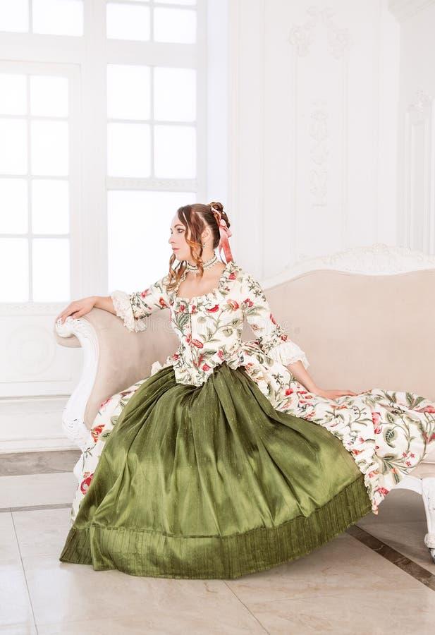 Härlig kvinna i grön medeltida klänning arkivbild