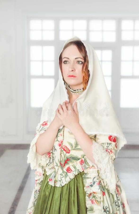 Härlig kvinna i grön medeltida klänning med sjalen royaltyfria foton