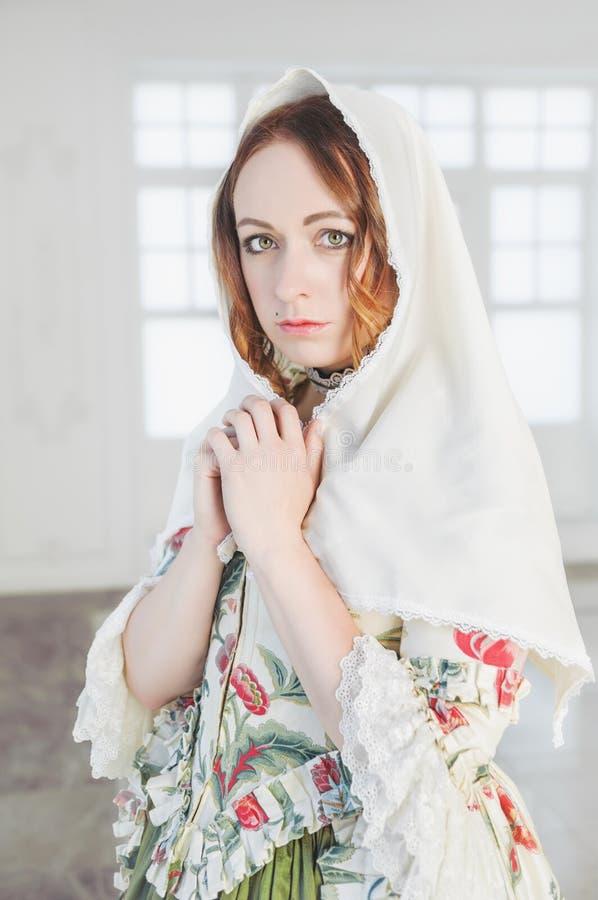 Härlig kvinna i grön medeltida klänning med sjalen royaltyfria bilder