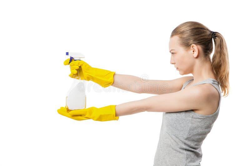 Härlig kvinna i gula rubber handskar över vit fotografering för bildbyråer
