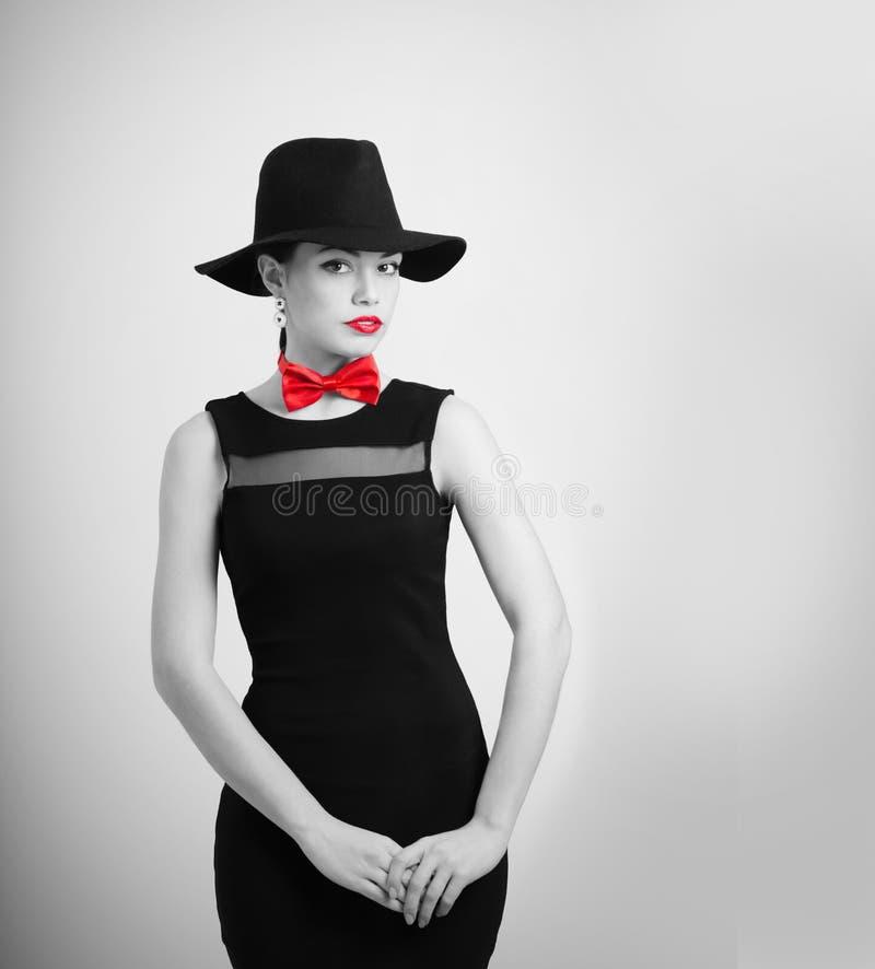 härlig kvinna i hatt över vit bakgrund fotografering för bildbyråer