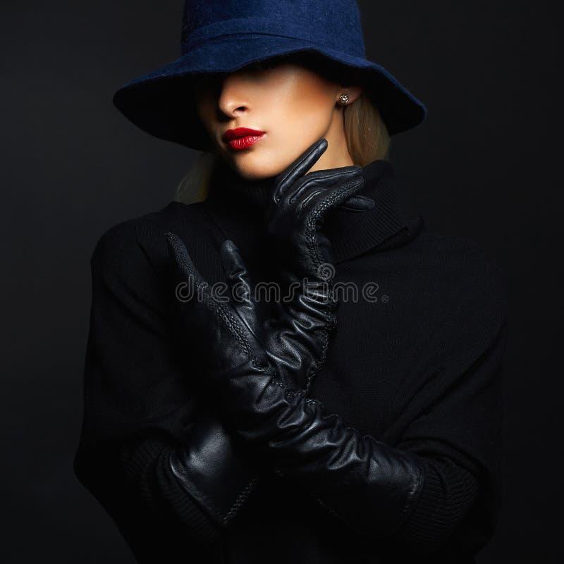Härlig kvinna i hatt- och läderhandskar retro modeflicka arkivbilder